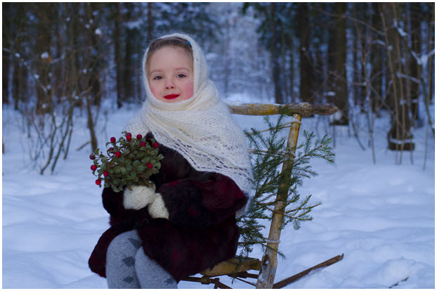 Прелестная девочка в платке