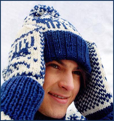 Парень в вязаной шапке и варежках