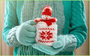 Девушка в вязаных перчатках с кружкой в руках