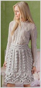 На фото девушка в юбке с рельефными узорами