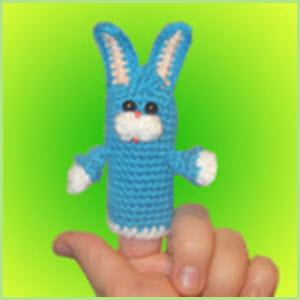 Вязаный пальчиковый зайка