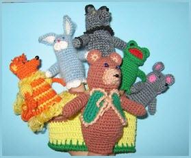 Фото с вязаными зверушками-игрушками