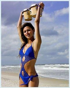 Девушка в синем купальнике