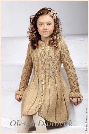 Вязаное пальто на девочке
