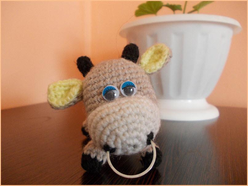 Фото с маленьким вязаным бычком