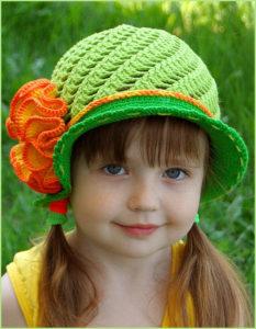 Девочка в яркой шляпке