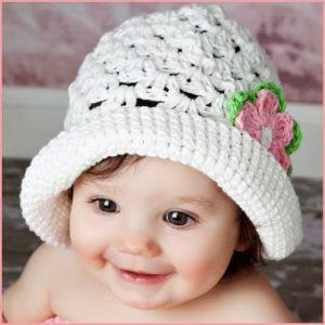Малышка в белой шляпке
