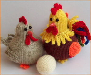 Вязаные петух, курица и яйцо