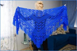 Синяя вязаная шаль