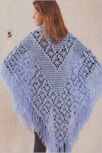 Светло-голубая вязаная шаль