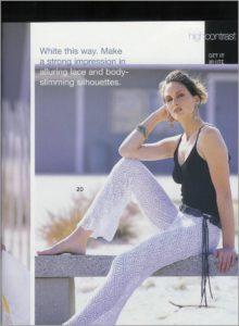 Белые вязаные брюки и чёрный топ