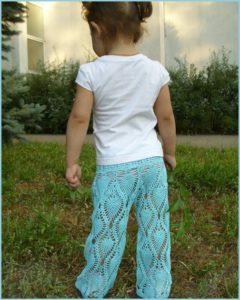 Малышка в летних вязаных брюках
