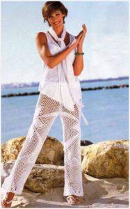 Девушка в белых вязаных брюках
