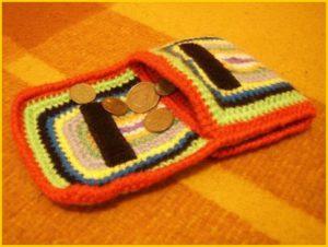 Яркий вязаный кошелёк на липучке