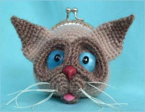 Вязаный кошелёк в виде прикольной морды кота