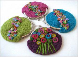 На фото разноцветные вязаные кошельки
