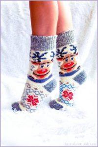 Вязаные носки со смешными оленями