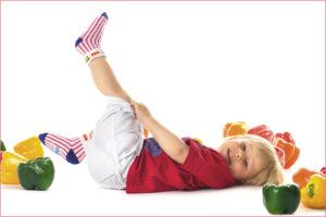 На мальчике нарядные носки в полоску