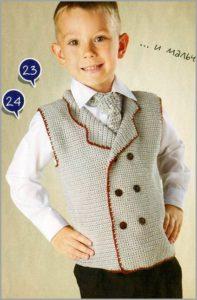 Мальчик в вязаных жилете и галстуке