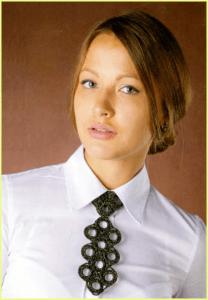 Девушка в вязаном галстуке-украшении