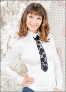 Ажурный галстук с белой блузкой