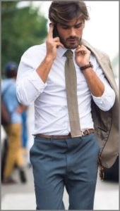 Бежевый галстук на парне