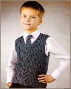 Мальчик в сером жилете и сером галстуке