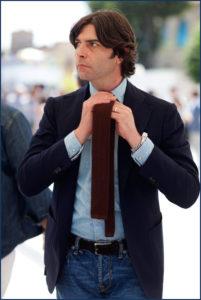 Парень в костюме и вязаном галстуке