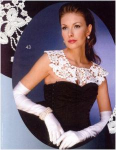 Девушка в вечернем платье с воротником и перчатках