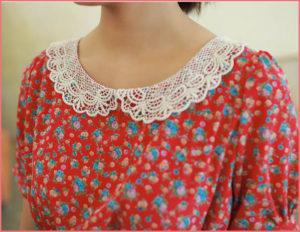 Белый вязаный воротник на платье в цветочек