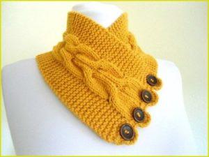 Жёлтая вязаная манишка
