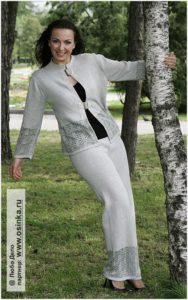 Девушка в брючном костюме